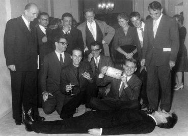 Exposition internationale de Bruxelles (1958) John Cage par terre.