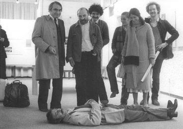Hommage à John Cage (1985) Luc Ferrari par terre.